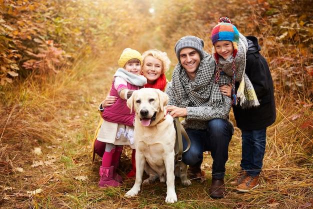 Portrait de famille en chemin forestier