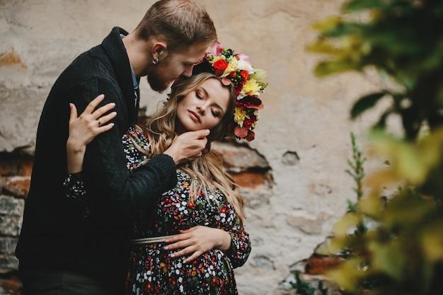 Portrait de famille, couple expirant. homme embrasse tendre enceinte enceinte