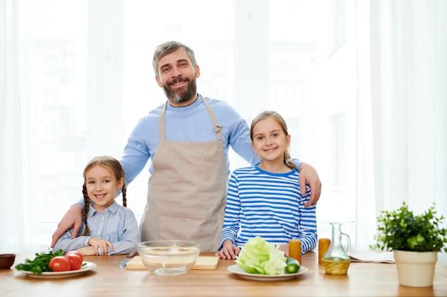 Portrait de famille à la cuisine moderne