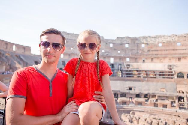 Portrait de famille dans des endroits célèbres en europe