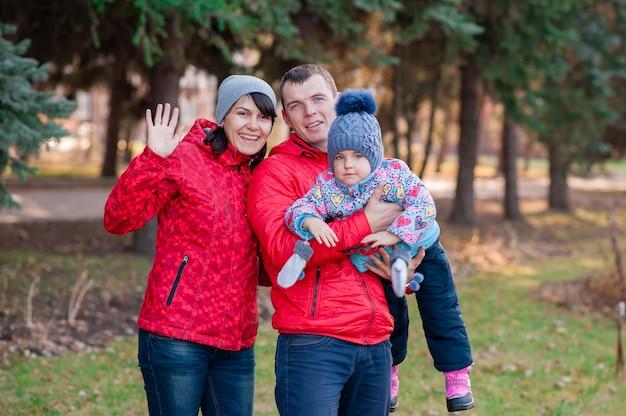 Portrait de famille dans le parc