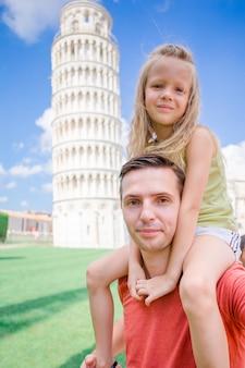 Portrait de famille dans la tour penchée. pise - visitez des lieux célèbres en europe.