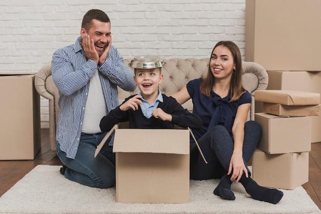 Portrait de famille ensemble à la maison