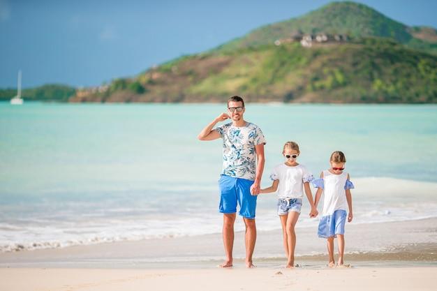 Portrait de famille en été au bord de la mer