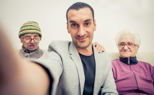Portrait de famille avec grands-parents