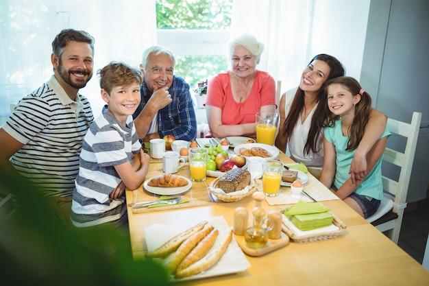 Portrait de famille heureuse, assis à la table du petit déjeuner