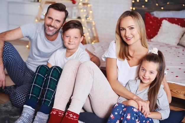 Portrait de famille heureuse au moment de noël