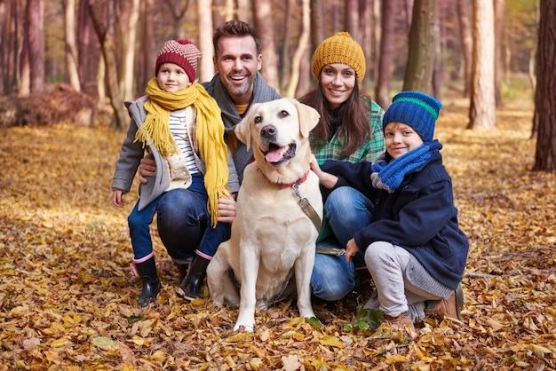 Portrait de famille heureuse à l'automne