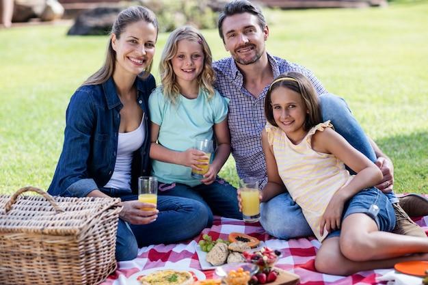 Portrait de famille heureuse ayant un pique-nique