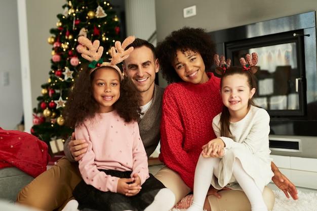 Portrait de famille heureuse célébrant noël