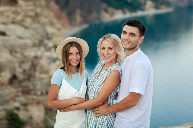 Portrait d'une famille heureuse sur la côte