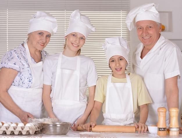 Portrait d'une famille heureuse cuisinant avec ses petits-enfants