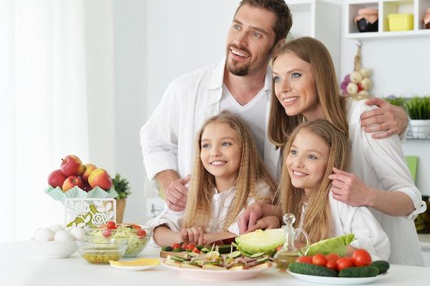Portrait d'une famille heureuse à la cuisine