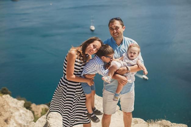Portrait d'une famille heureuse dans les montagnes. le concept de famille. voyage en famille.
