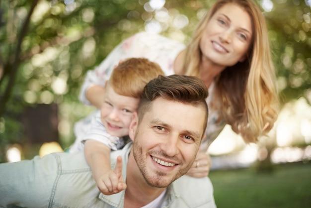 Portrait de famille heureuse dans le parc