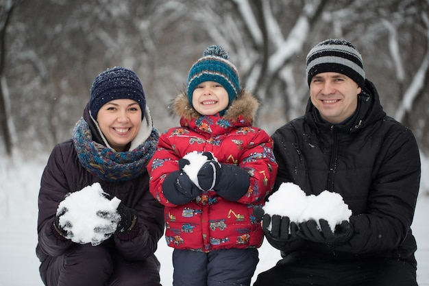 Portrait de famille heureuse dans des vêtements chauds en hiver à l'extérieur
