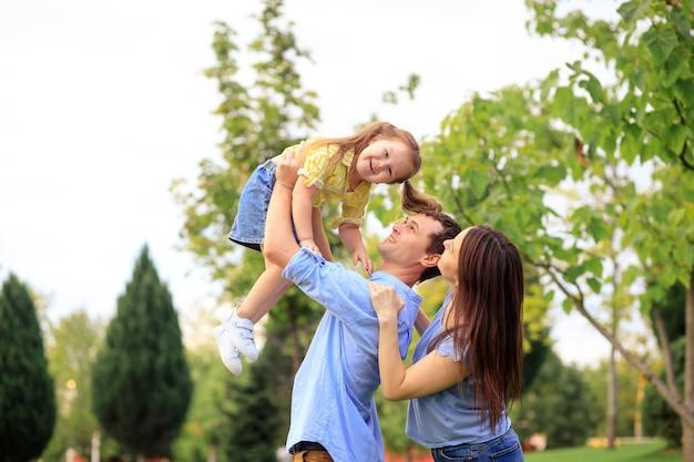 Portrait d'une famille heureuse en été à l'extérieur dans le parc