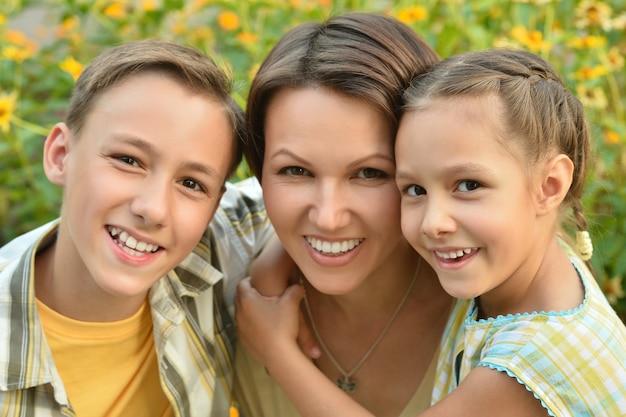 Portrait d'une famille heureuse à l'extérieur d'été