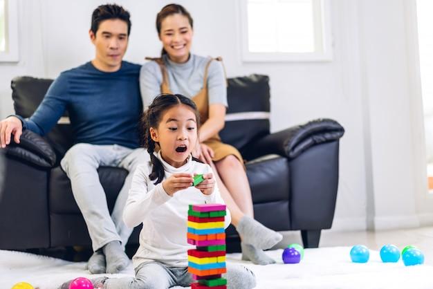 Portrait de famille heureuse jouant et s'amusant