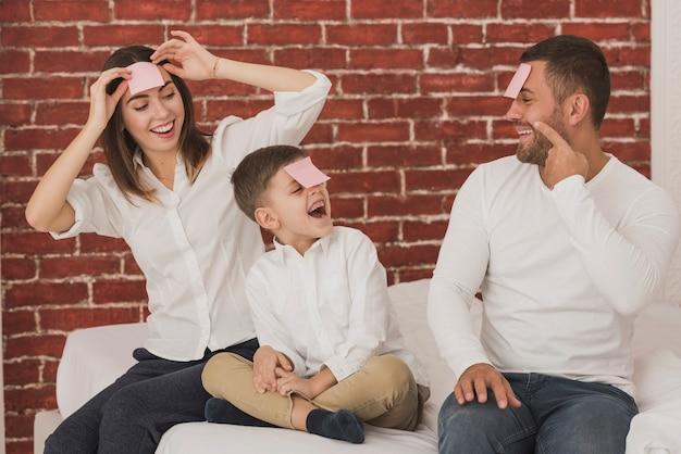Portrait de famille heureuse jouant
