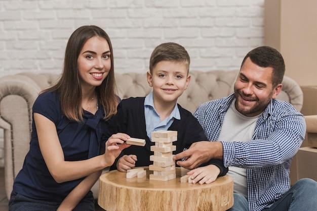 Portrait de famille heureuse, jouer à un jeu