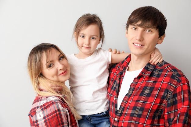 Portrait de famille heureuse sur la lumière