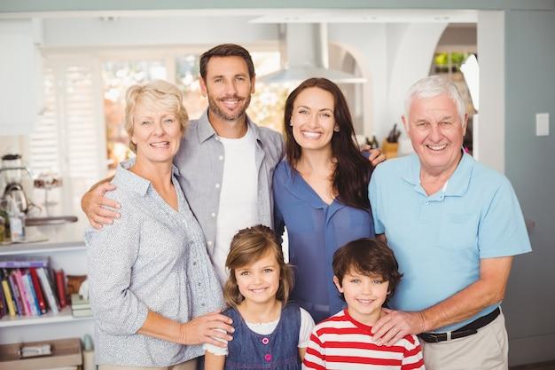 Portrait de famille heureuse à la maison