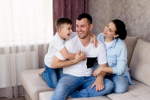Portrait d'une famille heureuse à la maison