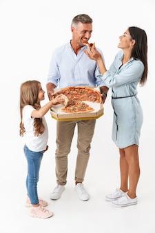 Portrait d'une famille heureuse, manger de la pizza