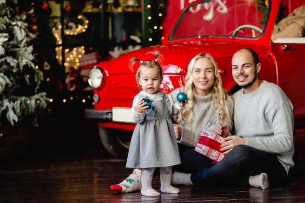 Portrait d'une famille heureuse à noël