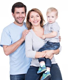Portrait de la famille heureuse avec petit enfant regardant la caméra - isolé