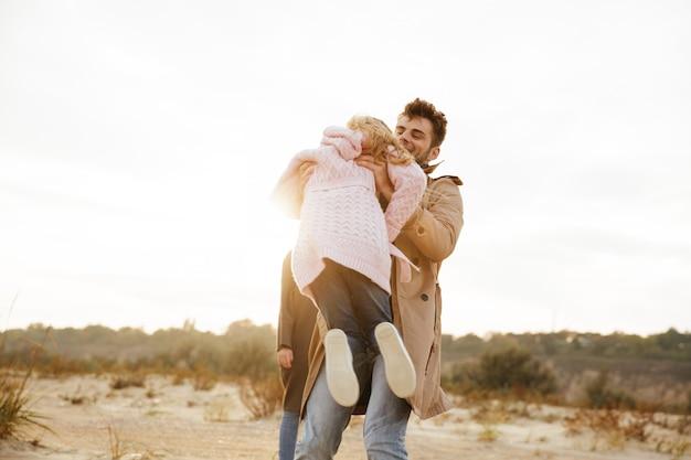 Portrait d'une famille heureuse avec une petite fille