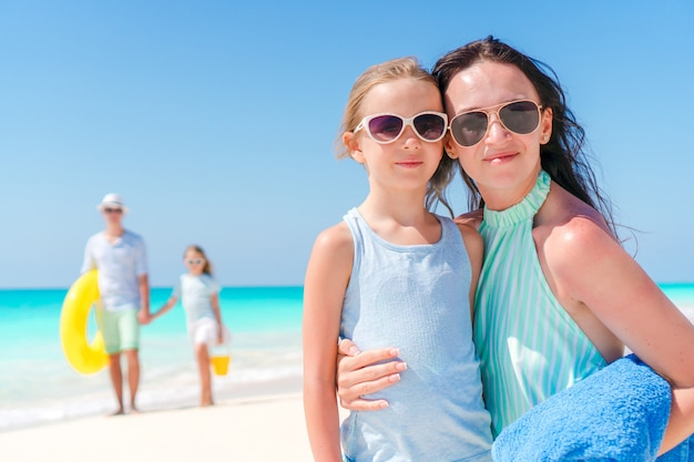 Portrait de famille heureuse sur la plage