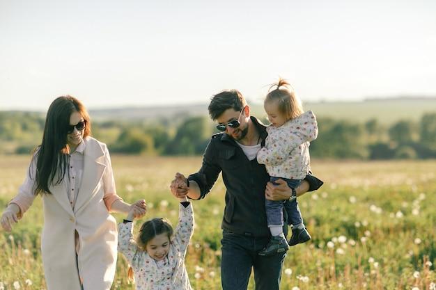 Portrait de famille heureuse en plein air. le coucher du soleil.