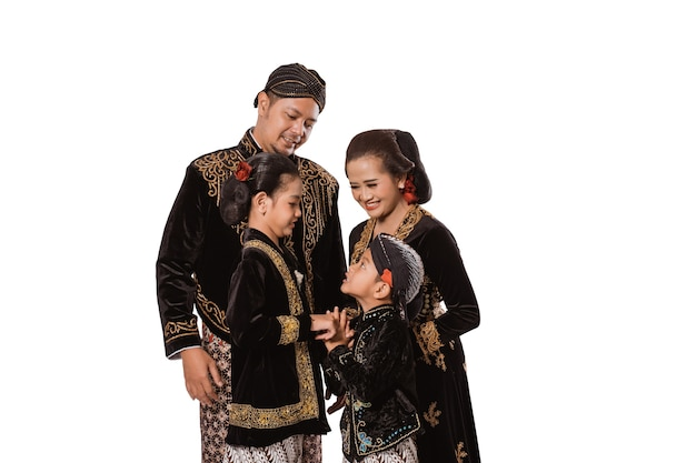 Portrait d'une famille heureuse portant des vêtements traditionnels javanais. concept de photo de famille vêtements traditionnels javanais