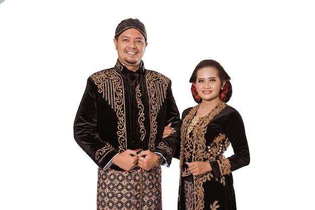 Portrait d'une famille heureuse portant des vêtements traditionnels javanais