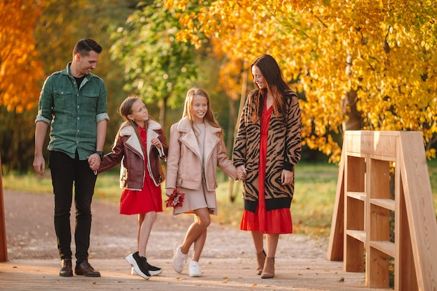 Portrait de famille heureuse de quatre en automne