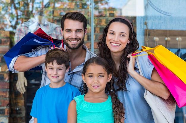 Portrait d'une famille heureuse avec des sacs