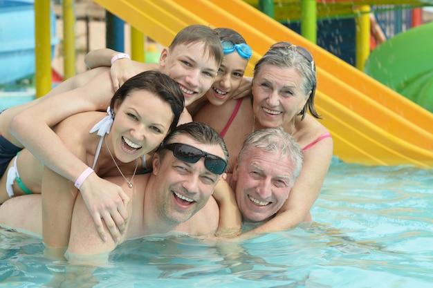 Portrait d'une famille heureuse se détendre dans la piscine