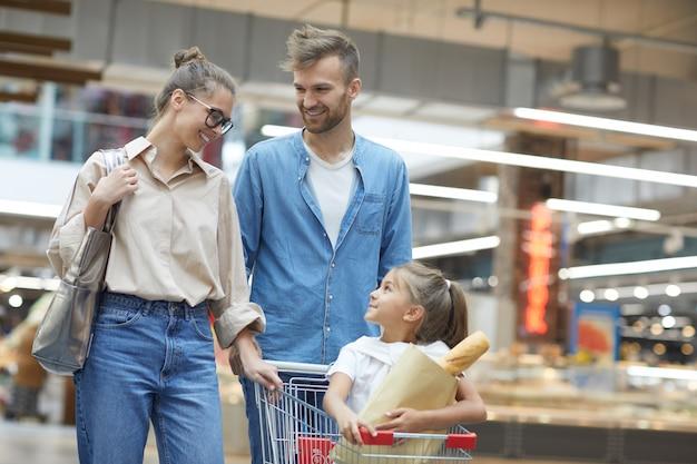 Portrait de famille heureuse en supermarché