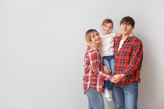 Portrait de famille heureuse sur une surface claire