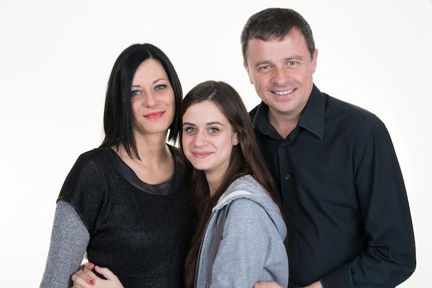 Portrait de famille heureuse de trois avec adolescent