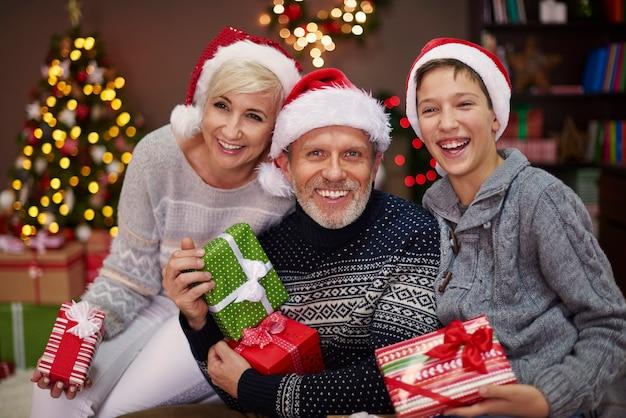Portrait de famille heureuse de trois personnes