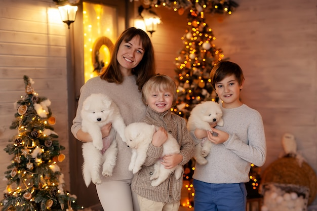 Portrait d'une famille heureuse sur la véranda d'hiver, en attendant la nouvelle année et joyeux noël