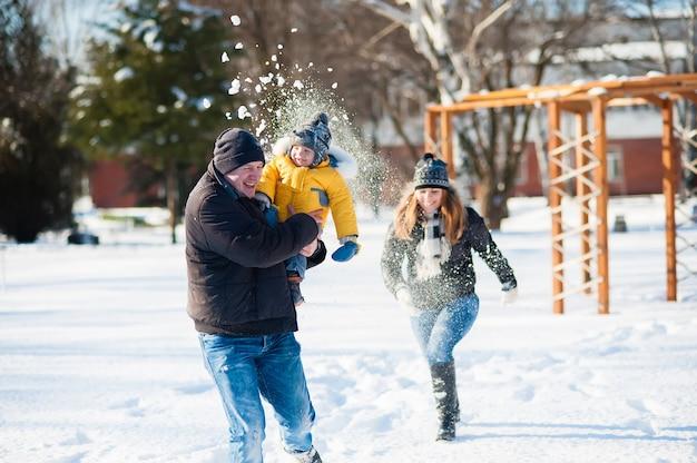 Portrait de famille heureuse à winter park