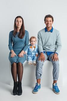 Portrait de famille heureux. mariage interracial avec un bébé