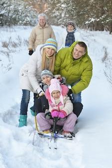 Portrait de famille en hiver avec motoneige