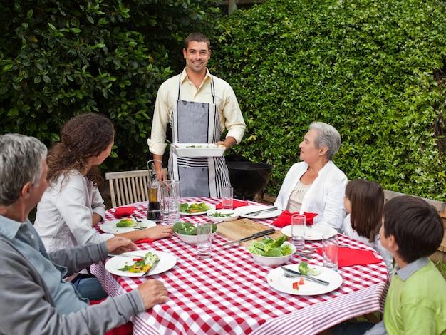 Portrait d'une famille joyeuse dans le jardin