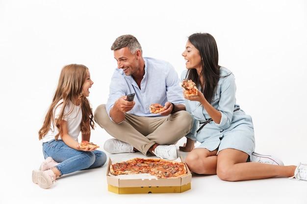 Portrait d'une famille joyeuse, manger de la pizza