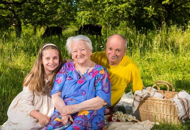 Portrait de famille joyeuse se reposant dans le parc